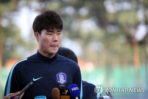 South Korea's under-20 national football team goalkeeper Song Bum-keun speaks to reporters at Cheonan Football Centre in Cheonan, South Chungcheong Province, on May 29, 2017, one day ahead of their FIFA U-20 World Cup round of 16 match against Portugal. (Yonhap)