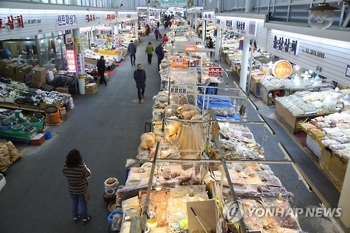 This undated photo shows a traditional market in Seoul that seems a bit quiet. (Yonhap file photo)