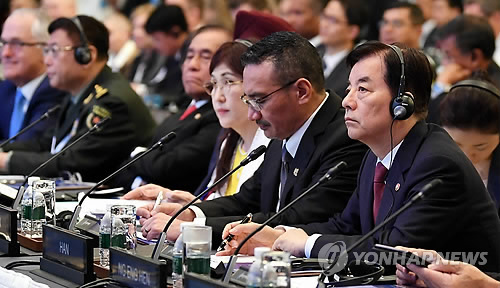 This photo provided by the Seoul defense ministry shows Han Min-koo, South Korea's defense minister (R, front), listening to a speech given by his U.S. counterpart Jim Mattis at the 16th Asia Security Summit, or the Shangri-La Dialogue, in Singapore on June 3, 2017. (Yonhap)