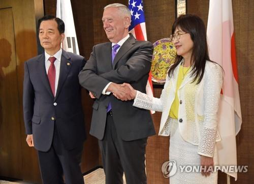 South Korean Defense Minister Han Min-koo (L) poses for a photo with his U.S. and Japanese counterparts -- Jim Mattis and Tomomi Inada -- before talks in Singapore on June 3, 2017. (Yonhap)