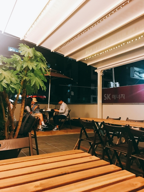 The second floor of Cafe 468, located in a quiet residential area in Euijeongbu, just north of Seoul, is decorated as a rooftop bar to accommodate evening customers. (Yonhap)