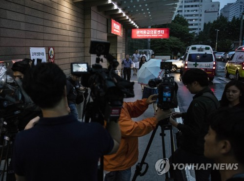 Media crew are staked out at a hospital in Seoul on June 6, 2017, where T.O.P, a member of the Asiawide popular boy band BIGBANG, is in intensive care for a suspected drug overdose. The 29-year-old rapper, whose real name is Choi Seung-hyun, was indicted a day earlier without detention on charges of smoking marijuana. (Yonhap)