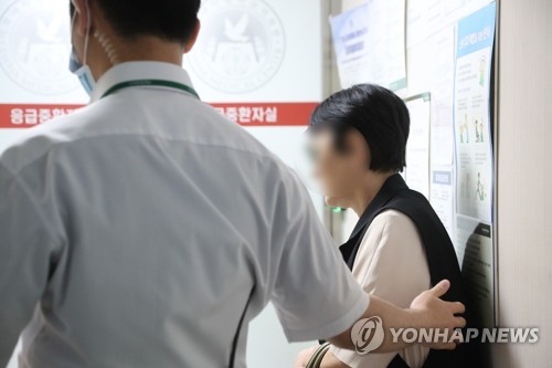 Singer-rapper T.O.P's mother (R) arrives at an intensive care unit of Ewha Womans University Medical Center in western Seoul on June 8, 2017, where her son is hospitalized for a drug overdose. (Yonhap)