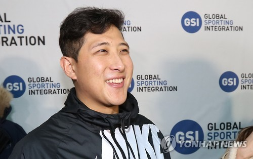 In this file photo taken on Jan. 25, 2017, South Korean baseball player Hwang Jae-gyun listens to questions from reporters at Incheon International Airport after signing with the San Francisco Giants. (Yonhap)