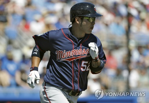In this Associated Press photo taken on March 20, 2017, Park Byung-ho of the Minnesota Twins heads to first base after hitting a two-run home run against the Toronto Blue Jays in their spring training game in Dunedin, Florida. (Yonhap)