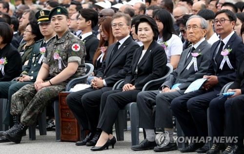 Wounded soldiers and veterans are seated beside President Moon Jae-in (C) and first lady Kim Jung-sook during a Memorial Day ceremony at the Seoul National Cemetery on June 6, 2017. (Yonhap)