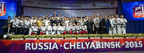 In this photo provided by the World Taekwondo Federation (WTF) on May 12, 2015, demonstration teams of the WTF and the North Korea-lead International Taekwondo Federation pose for pictures after their joint performance during the opening ceremony of the 2015 WTF World Taekwondo Championships in Chelyabinsk, Russia. (Yonhap)