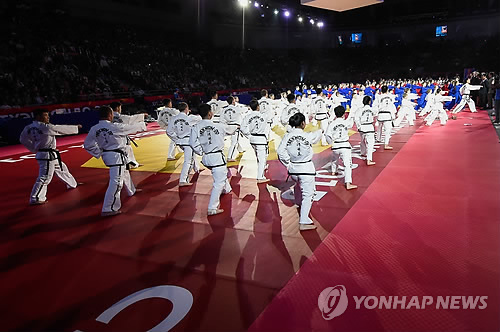 In this photo provided by the World Taekwondo Federation (WTF) on May 13, 2015, demonstration teams of the WTF and the North Korea-led International Taekwondo Federation perform during the opening ceremony of the WTF World Championships in Chelyabinsk, Russia. (Yonhap)