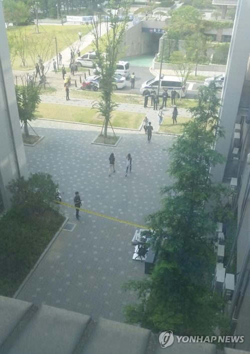 Police have cordoned off the site of a suspected parcel bomb attack at Yonsei University in western Seoul on June 13, 2017. (Yonhap)
