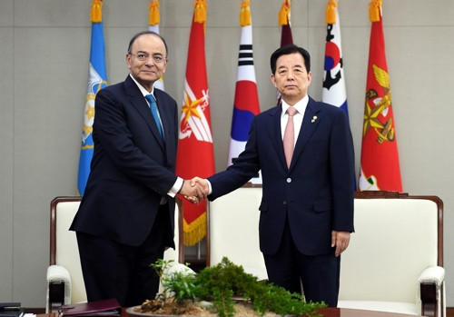 South Korean Defense Minister Han Min-koo (R) shakes hands with his Indian counterpart Arun Jaitley in their meeting in Seoul on June 14, 2017 in this photo provided by Han's ministry. (Yonhap)