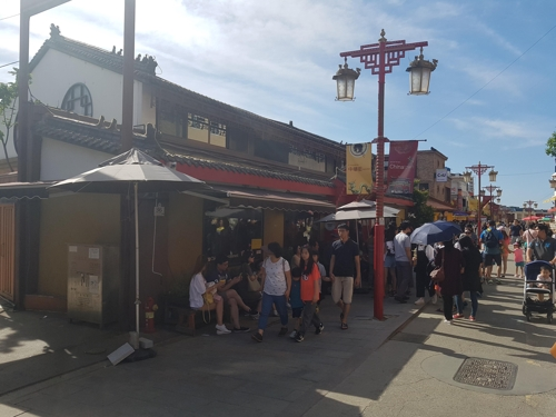 The photo, taken June 10, 2017, shows a long line of people waiting to be seated at a Chinese restaurant in Incheon Chinatown, located some 40 kilometers west of Seoul. (Yonhap)