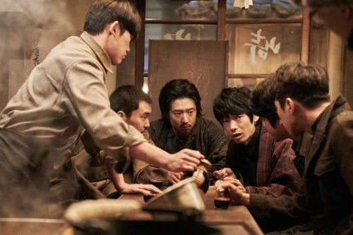 """This photo provided by Megabox Plus M shows actor Lee Je-hoon (C) as Park Yeol in the new Korean historical film """"Anarchist from Colony."""" (Yonhap)"""