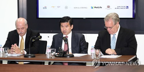Former and current heads of the American Chamber of Commerce in South Korea hold a joint news conference in Seoul about their recent trip to the U.S. on June 14, 2017. From left is David Ruch, former head of the American Chamber of Commerce; James Kim, chairman of the American Chamber of Commerce and CEO of GM Korea; and Jeffrey Jones, former chairman of the American Chamber of Commerce. (Yonhap)