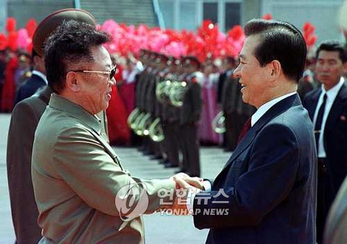 This file photo taken by the Joint Press Corp. on June 13, 2000, shows former South Korean President Kim Dae-jung (R) and his North Korean counterpart Kim Jong-il shaking hands at an airport in Pyongyang as the two Koreas hold their first inter-Korean summit. (Yonhap)