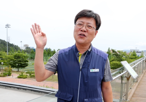 Park Ung speaks in an interview with Yonhap News Agency in Busan on June 15, 2017. (Yonhap)