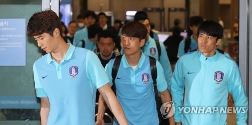 Members of the South Korean men's football team arrive at Incheon International Airport on June 14, 2017, following a 3-2 loss to Qatar in a World Cup qualifying match in Doha. (Yonhap)