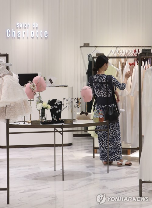 A customer looks for an item to rent at Lotte Department Store's outlet in downtown Seoul on May 19, 2017. (Yonhap)