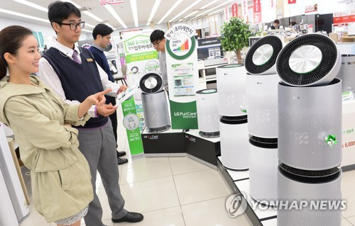 Clients look at air purifiers at an outlet run by LG Electronics Inc. in downtown Seoul on April 14, 2017. (Yonhap)