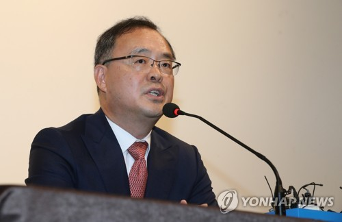 Lee Yong-soo, the Korea Football Association technical committee chief, speaks at a press conference at the National Football Center in Paju, north of Seoul, announcing the dismissal of the national foootball team head coach Uli Stielike on June 15, 2017. (Yonhap)