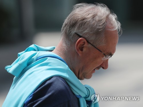 Dismissed South Korea national football team head coach takes a walk near his residence at a Seoul hotel on June 15, 2017. (Yonhap)