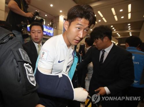 South Korean footballer Son Heung-min leaves Incheon International Aiport with a cast on his right arm after the national football team returned home from Doha on June 13, 2017. (Yonhap)