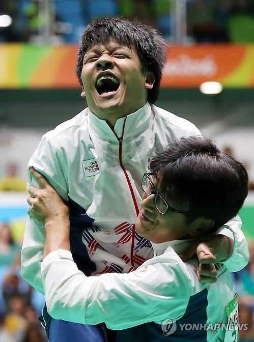 Chung Ho-won (L) and his coach Kwon Chul-hyun (Yonhap file photo)