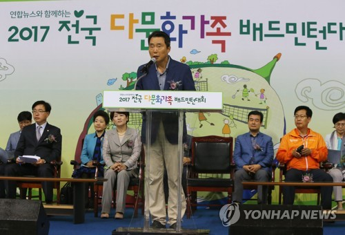 Shim Soo-hwa, managing director for marketing at Yonhap News Agency, reads out a message from Yonhap's CEO Park No-hwang, at the opening of a badminton tournament in Goyang, Gyeonggi Province, on June 17, 2017. (Yonhap)