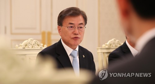 President Moon Jae-in (L) speaks in a meeting with his three new ministers following their appointments in a ceremony held at the presidential office Cheong Wa Dae on June 16, 2017. (Yonhap)