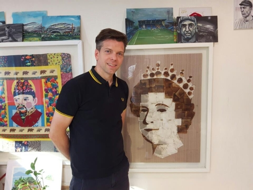 Seoul-based British artist Andy Brown poses next to his portrait of Queen Elizabeth II that's made of tea bags in his Seoul apartment on June 16, 2017. (Yonhap)