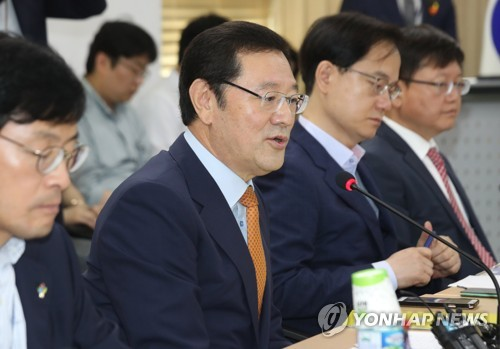 An undated file photo of Lee Yong-sup (2nd from L), vice chairman of the Presidential Committee on Job Creation, presiding over a meeting in Seoul. (Yonhap)