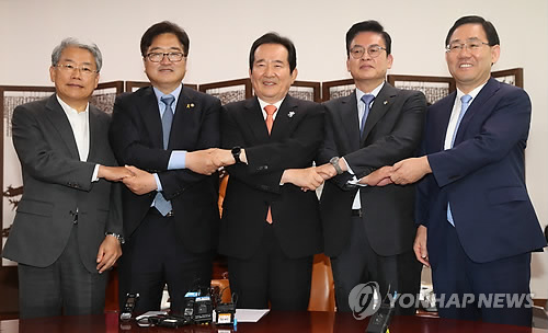National Assembly Speaker Chung Sye-kyun (C) and the floor leaders of the major parties hold hands together before their regular meeting at the legislature in Seoul on June 19, 2017. (Yonhap)