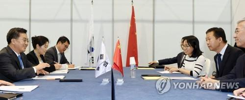 South Korean Finance Minister Kim Dong-yeon (L) meets with his Chinese counterpart Xiao Jie (2nd from R) on the southern resort island of Jeju on June 16, 2017, on the sidelines of the second annual meeting of the Asia Infrastructure Investment Bank (AIIB). (Yonhap)
