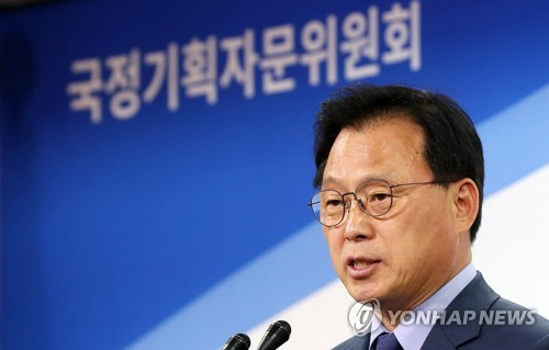 This photo, taken June 4, 2017, shows Park Kwang-on, the spokesman for the State Affairs Planning Advisory Committee, speaking during a press conference at its office in Seoul. (Yonhap)