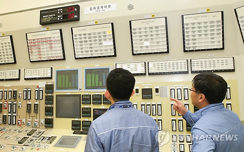 Officials work in front of the large display panel at the main control room of the Kori 1. (Courtesy of Korea Hydro & Nuclear Power Corp.)