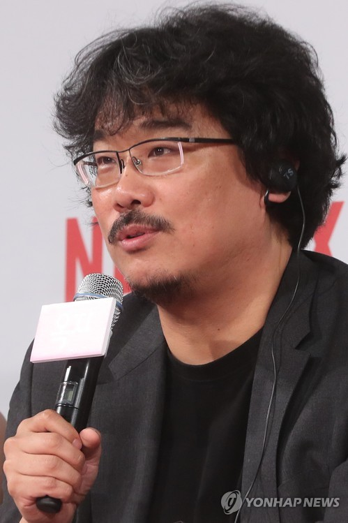"Director Bong Joon-ho speaks during a press conference for his latest film ""Okja"" in Seoul on June 14, 2017. (Yonhap)"