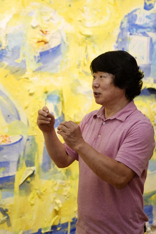 """In this photo, provided by Gana Art Center in Seoul on June 21, 2017, artist Chon Byung-hyun talks to reporters during a press briefing on his solo exhibition """"Appearing Series"""" that runs from June 23 to July 16 at the gallery. (Yonhap)"""