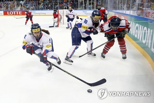 In this file photo, taken on April 7, 2017, South Korean forward Park Jong-ah (L) controls the puck in a game against North Korea at the International Ice Hockey Federation Women's World Championship Division II Group A tournament at Gangneung Ice Arena in Gangneung, Gangwon Province. (Yonhap)