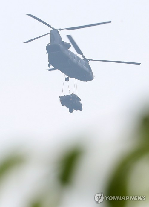 A U.S. military helicopter moves a military vehicle to the golf course in Soseong-ri, Seongju, on May 31, 2017, where a Terminal High Altitude Area Defense system is installed. (Yonhap)