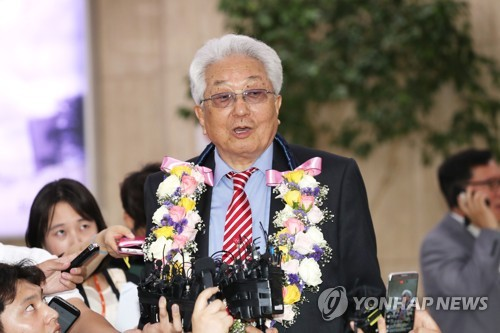 Chang Ung, a North Korean member of the International Olympic Committee, speaks to reporters at Gimpo International Airport in Seoul on June 23, 2017. Chang arrived in South Korea with a delegation from the International Taekwondo Federation ahead of the World Taekwondo Federation's World Taekwondo Championships in Muju, 240 kilometers south of Seoul. (Yonhap)