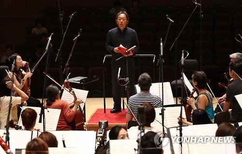 In this file photo taken on Aug. 16, 2016, maestro Chung Myung-whun, former conductor of the Seoul Philharmonic Orchestra (SPO), and its members rehearse for a concert at the Lotte Concert Hall in southern Seoul to mark the opening of the new classical music concert hall. (Yonhap)