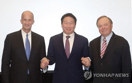 SK Group head Chey Tae-won (C) poses with GE Vice Chairman John Rice (L) and Continental Resources head Harold Hamm at a hotel in Washington in this photo released by SK Group on June 29, 2017. (Yonhap)