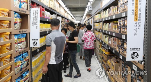 In this photo provided by E-Mart Inc., consumers look around its new store for private brand (PB) products inside the Sunsan Traditional Market in Gumi on June 27, 2017. (Yonhap)