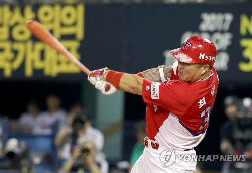 In this file photo taken on June 30, 2017, Kia Tigers' Choi Hyoung-woo hits a single in a KBO League game against the LG Twins at Jamsil Stadium in Seoul. (Yonhap)