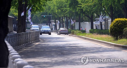 This photo, taken on June 22, 2017, shows a road in front of the presidential office Cheong Wa Dae in Seoul. (Yonhap)