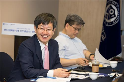 Kim Beom-soo, head of Barun ICT Research Center, speaks during a gathering of scholars held at Seoul-based Yonsei University on June 27, 2017. (Yonhap)