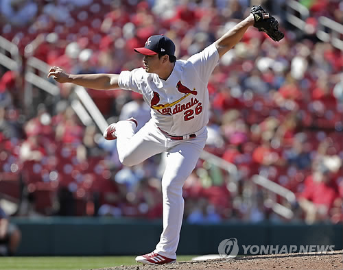 In this photo taken by the Associated Press on June 11, 2017, St. Louis Cardinals pitcher Oh Seung-hwan pitches against the Philadelphia Phillies. (Yonhap)