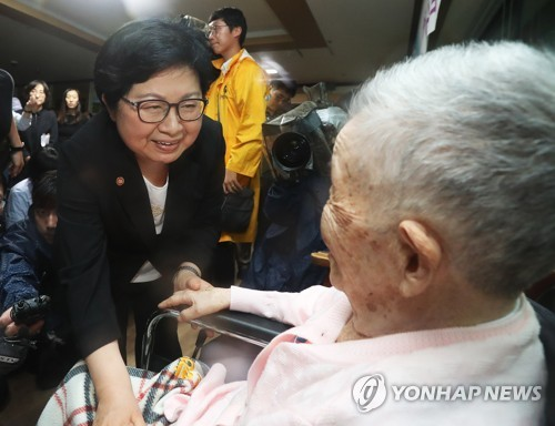 Gender Equality Minister Chung Hyun-back talks with former sex slave Kang Il-chool during a visit to the House of Sharing, a shelter for the former sex slaves, in Gwangju, east of Seoul, on July 10, 2017. (Yonhap)