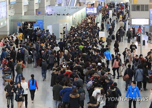 This file photo taken on Jan. 27, 2017, shows the departure lounge of Incheon International Airport, west of Seoul, packed with tourists on Lunar New Year's holiday. (Yonhap)