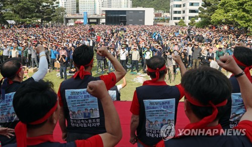 In this photo taken on June 13, 2016, Hyundai workers at the carmaker's Ulsan plant chant a slogan demanding higher wages and bonuses in this year's wage negotiations. (Yonhap)
