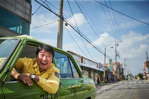 """This photo released by Showbox is a scene from """"A Taxi Driver."""" (Yonhap)"""